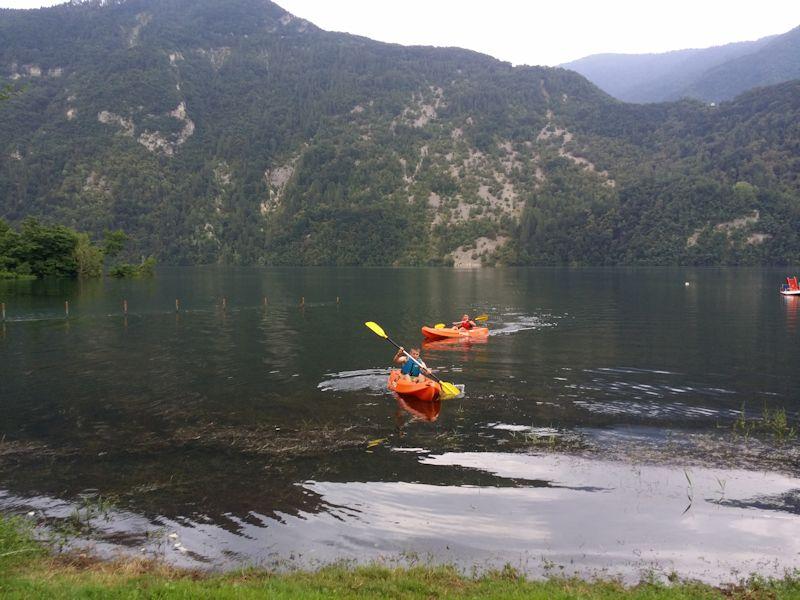 In canoa sul lago